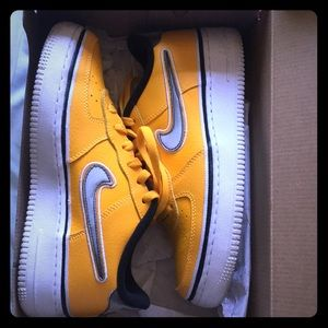 Nike Air Force 1 University gold and black